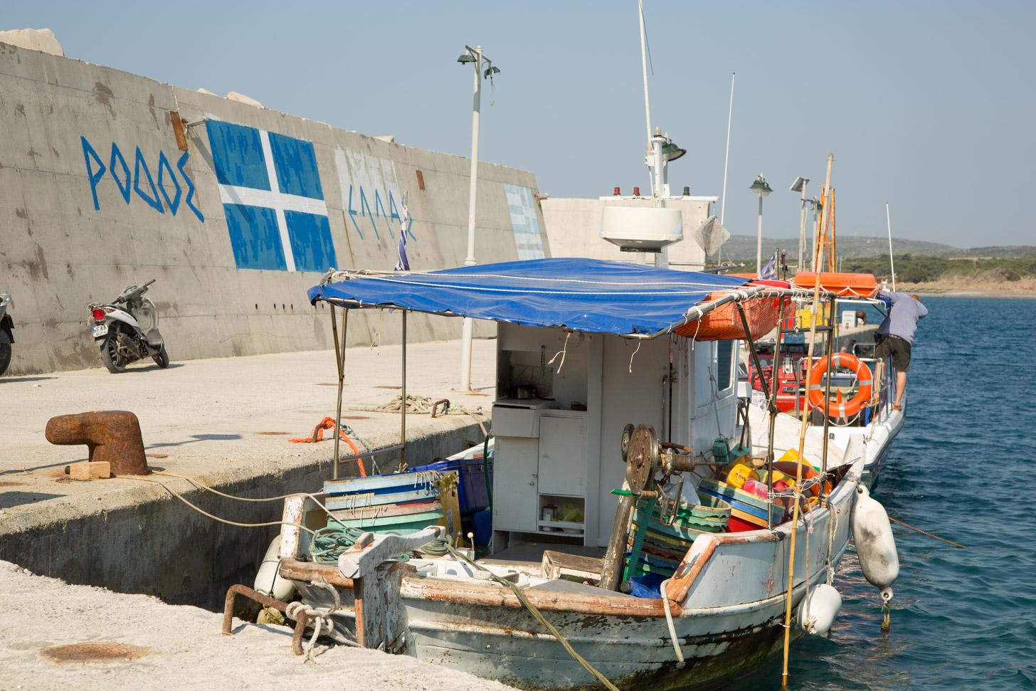 Een vissersbootje in Plimiri